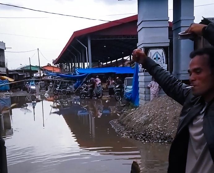 Protes Jalan Rusak, Tukang Becak Ini Mancing di Aceh Tenggara