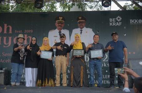 Dewan juri kegiatan Pameran dan Festival Kreatif, Seni serta Adat Budaya Aceh Utara pada, mengumumkan tiga stand yang meraih juara dalam acara penutupan, Minggu (3/11/2019) di lapangan Kota Lhoksukon. Samudra Post/Rahmat Mirza