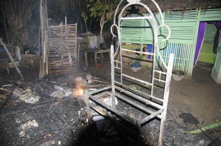 rumah konstruksi kayu yang selama ini dihuni oleh masyarakat dan juga merusak satu unit mobil ambulance milik warga Ikbal. Samudra Post/Rahmat