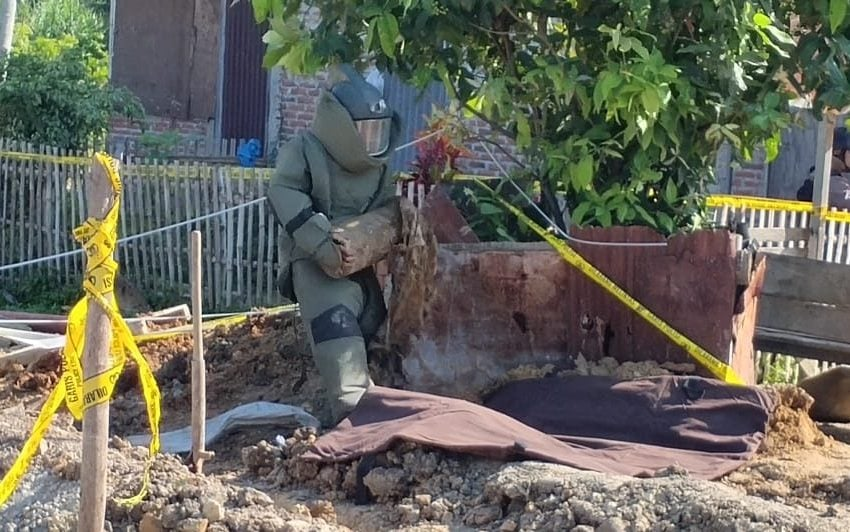 Pekerja Gali Septic Tank Temukan Benda Diduga Bom Rakitan