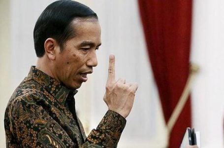 Presiden Joko Widodo mengungkapkan kemarahannya saat menjawab pertanyaan wartawan terkait pencatutan nama Presiden dalam permintaan saham Freeport di Istana Merdeka, Jakarta, Senin (7/12/2015). Presiden menilai bahwa tindakan itu melanggar kepatutan, kepantasan, moralitas dan wibawa negara.(KOMPAS/WISNU WIDIANTORO)