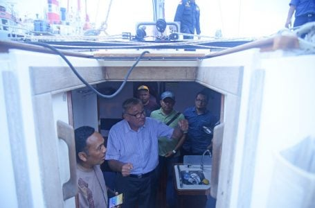 Pria Inggris, yang berbasis di London Peter Jeremy Daviv adalah pemilik kapal yacth tiba di pelabuhan Krueng Geukueh, Aceh Utara pada hari Jumat 17 Januari 2020, memeriksa kondisi kapal yang terdampar dari Phuket, Thailand beberapa hari yang lalu di perairan Selat Malaka ditemukan oleh dua nelayan dari Krueng Mane, Aceh Utara. Samudra Post/Rahmat