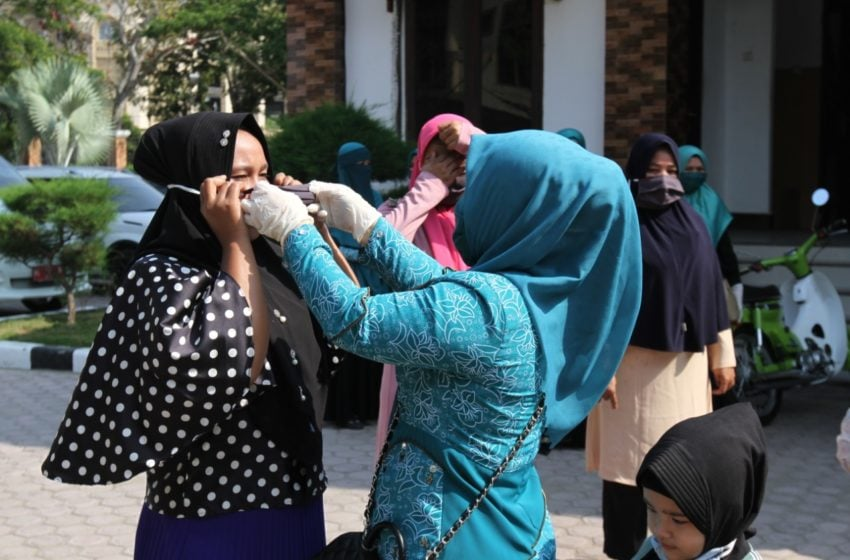 Kegigihan Istri Walikota Lhokseumawe Bagikan Masker Ditegah Pandemi Corona
