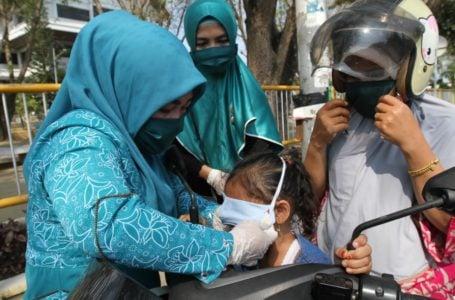 Ketua TP PKK Kota Lhokseumawe, Cut Ernita, saat membagikan masker gratis kepada warga, hal itu merupakan salah satu bentuk memutus mata rantai penyebaran virus corona | Sumber Foto: Humas Pemko Lhokseumawe