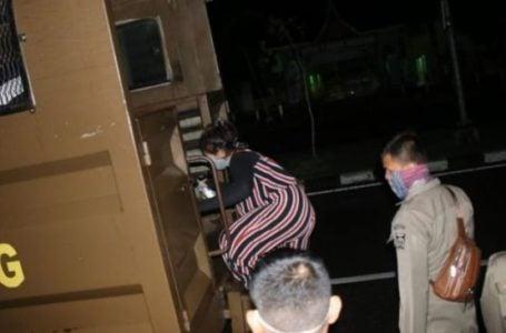 Datangi Rumah Janda Larut Malam, Pria Ini Malah Sembunyi Di Loteng Saat Digerebek Warga