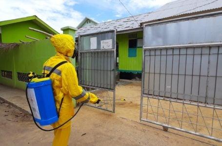 Relawan PMI Kota Lhokseumawe, sedang menyemprot disinfektan di sejumlah sarana publik di kota itu. Sebagai salah satu upaya untuk mencegah penyebaran virus corona