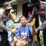 Peduli Kemanusiaan, Kapolres Lhokseumawe Bantu Kursi Roda Bagi Penyandang Disabilitas