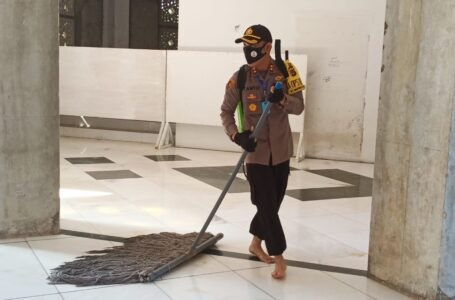 Kegigihan Kapolres Lhokseumawe Saat Membersihkan Masjid