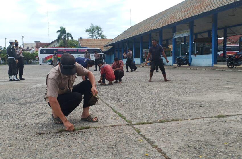 Puluhan Warga Aceh Disuruh Bersihkan Sampah Karena Tidak Pakai Masker