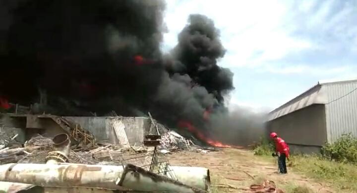Diduga Akibat Potong Besi, Area Pabrik AAF Terbakar