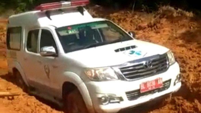 Ambulans Bawa Pasien Di Aceh Timur Terjebak Di Jalan Berlumpur