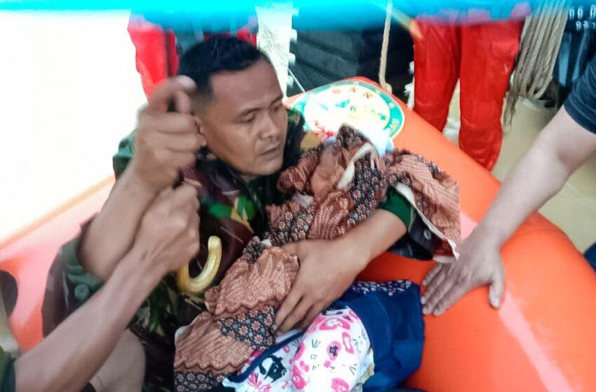 TNI Selamatkan Bayi Yang Terjebak Banjir Di Aceh Timur