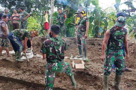 Kegigihan Personel TNI Memperbaiki Tanggul Rusak Akibat Banjir Di Aceh Utara